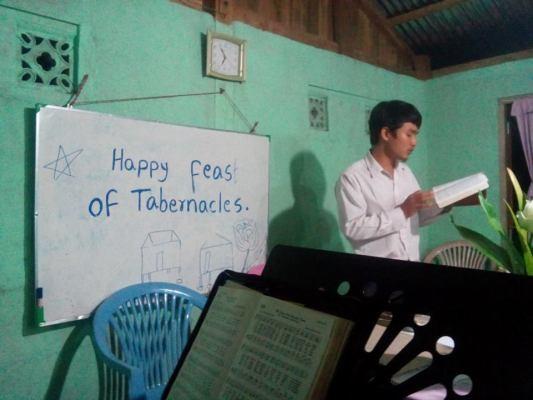 Thoo Mya Shwe leads songs.